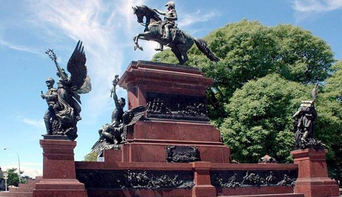 San Martín: Su primer monumento