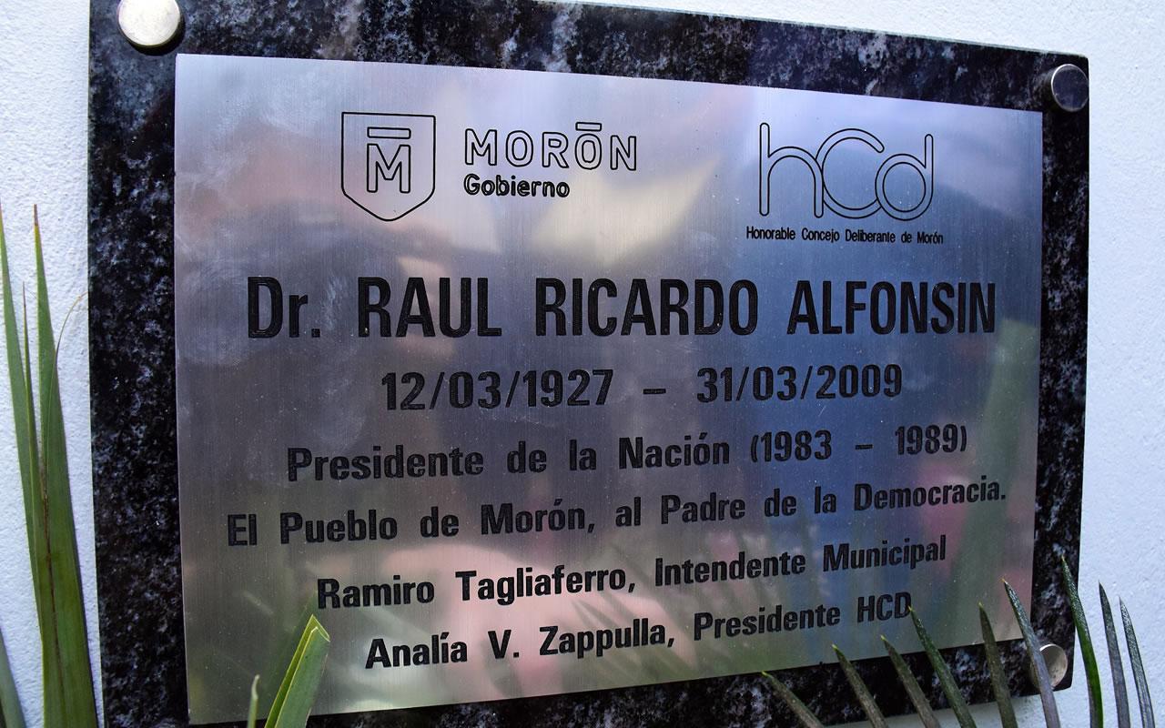Robaron placa de Alfonsín en Morón