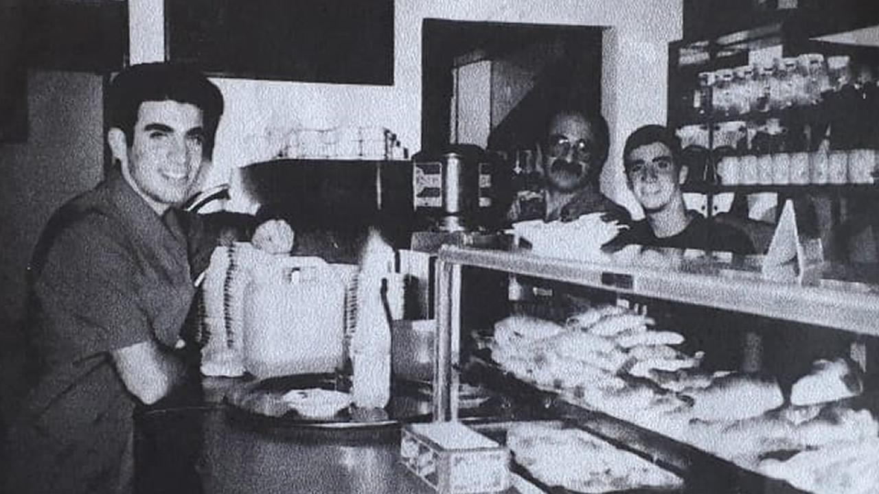 Morón: Cerró el histórico bar Curly por la pandemia. Foto del recuerdo.