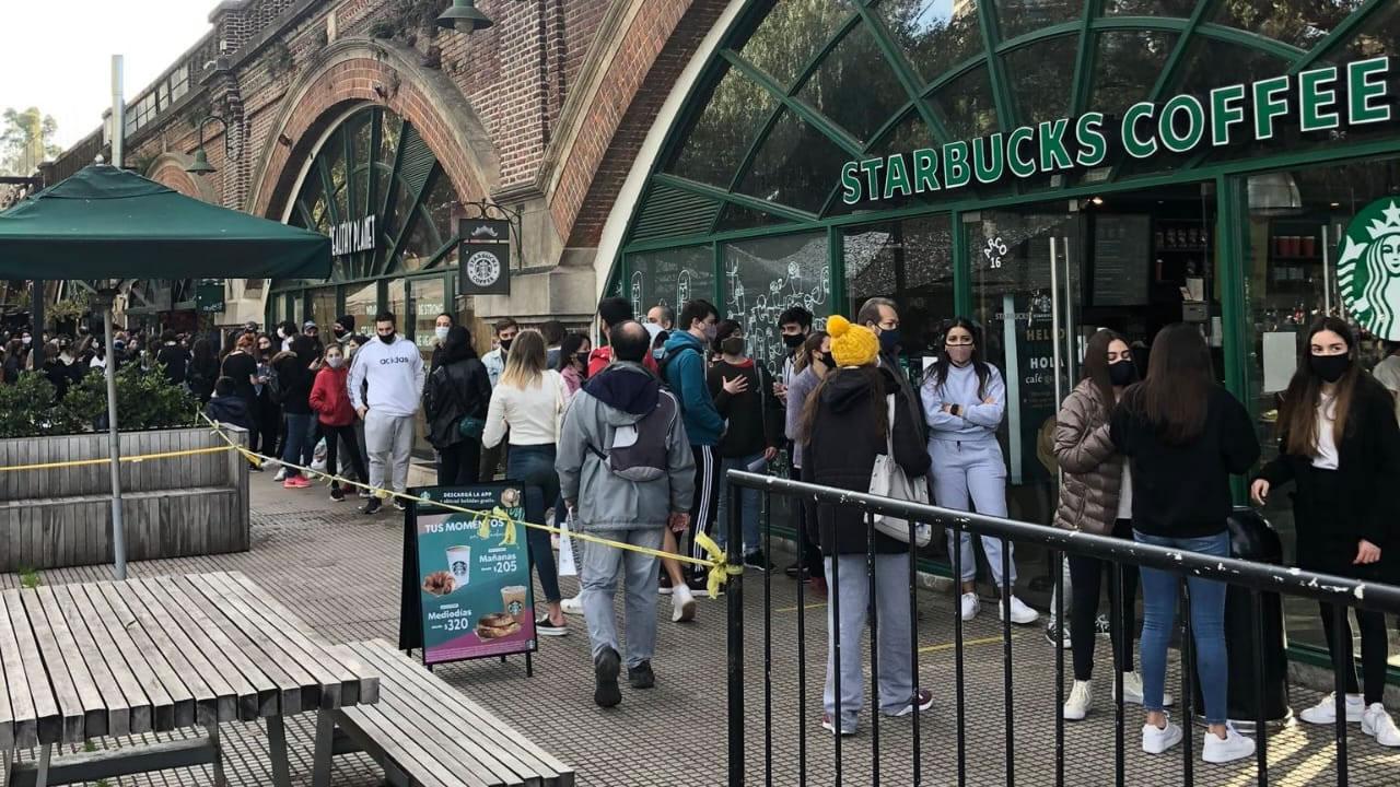 Bares de Capital llenos de gente en el momento de mayor contagio. Fila en Starbucks de Puerto Madero.