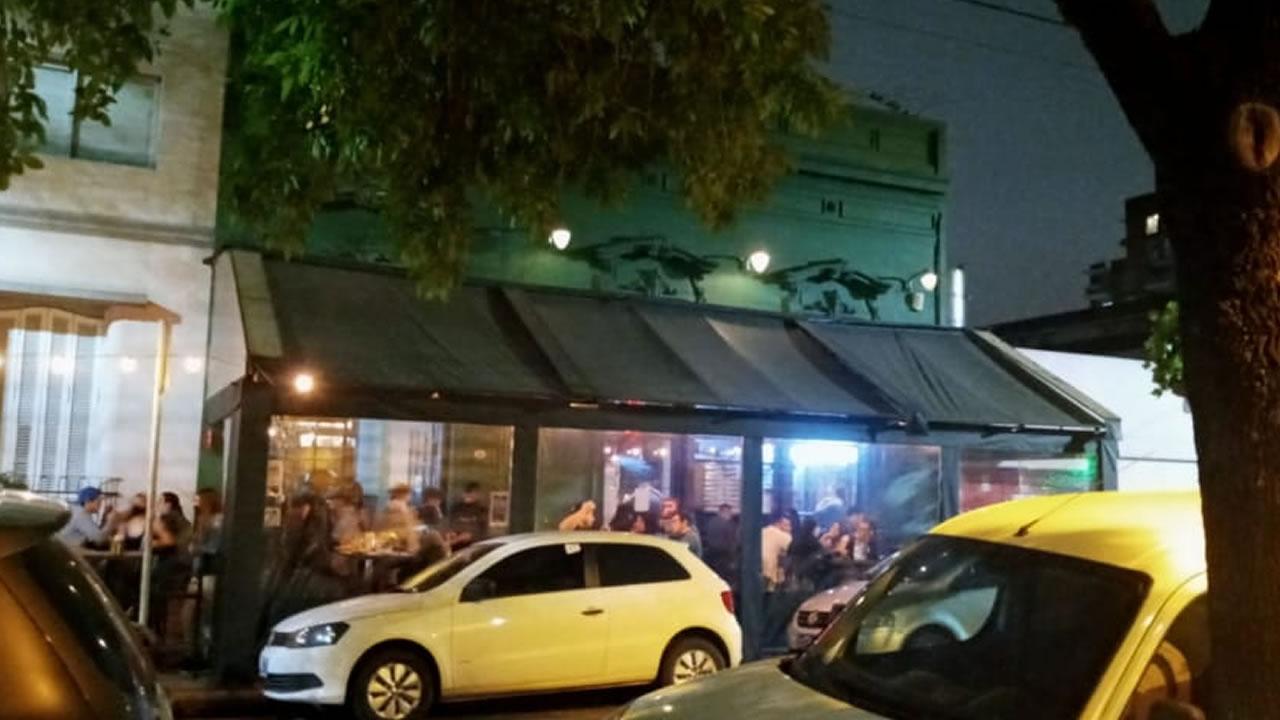 Bares llenos de gente en Morón centro el sábado a la noche