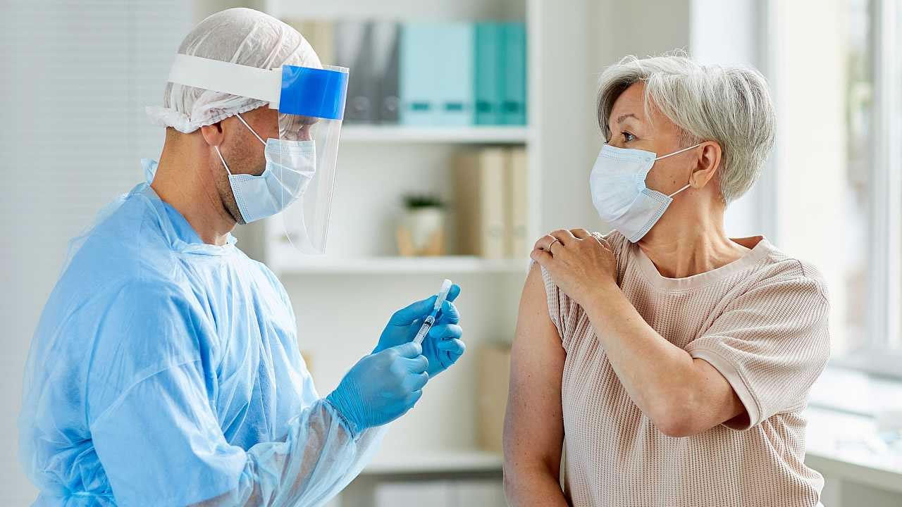 Vacuna coronavirus: AstraZeneca confirmó efectividad en adultos mayores