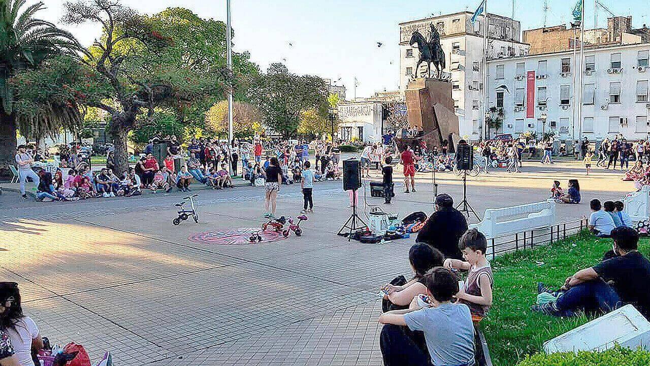 Morón: El domingo la gente llenó la Plaza San Martín Diario Anticipos