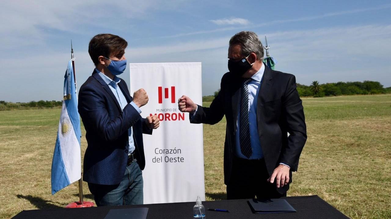 Morón firmó convenio con Defensa para creación de Reserva en El Palomar. Intendente de Morón, Lucas Ghi y Ministro de Defensa, Agustín Rossi.