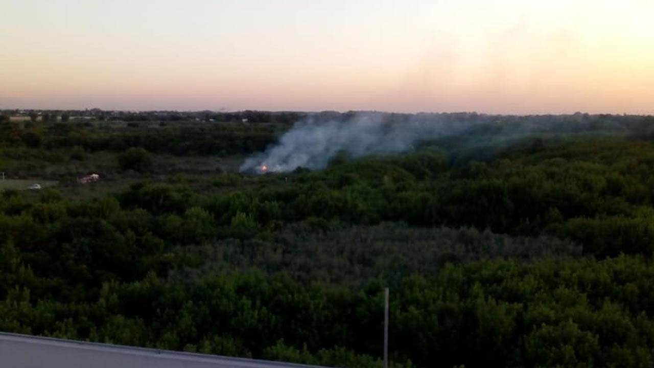 Ahora mismo se prende fuego la Reserva Natural Urbana en Castelar