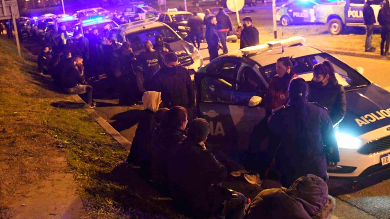 Ya comenzó la tensa protesta policial en Puente 12
