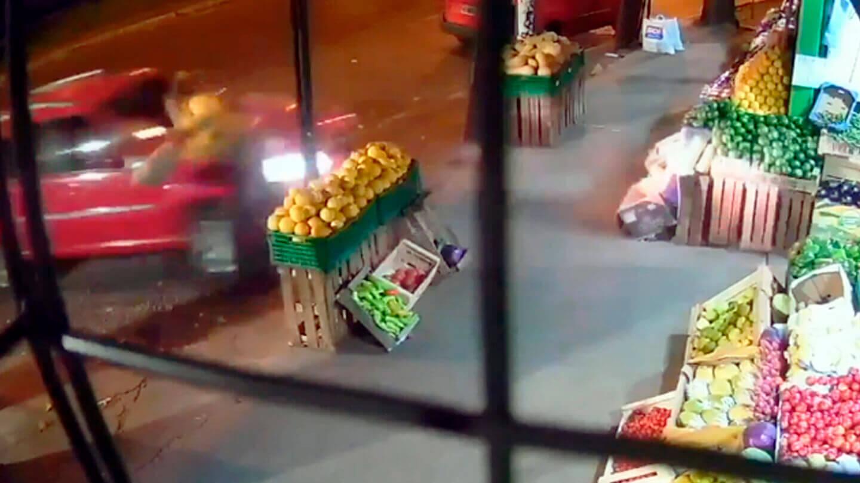 Morón Increíble: La joven esperaba el colectivo cuando fue embestida por el Fiat Duna color rojo sorpresivamente