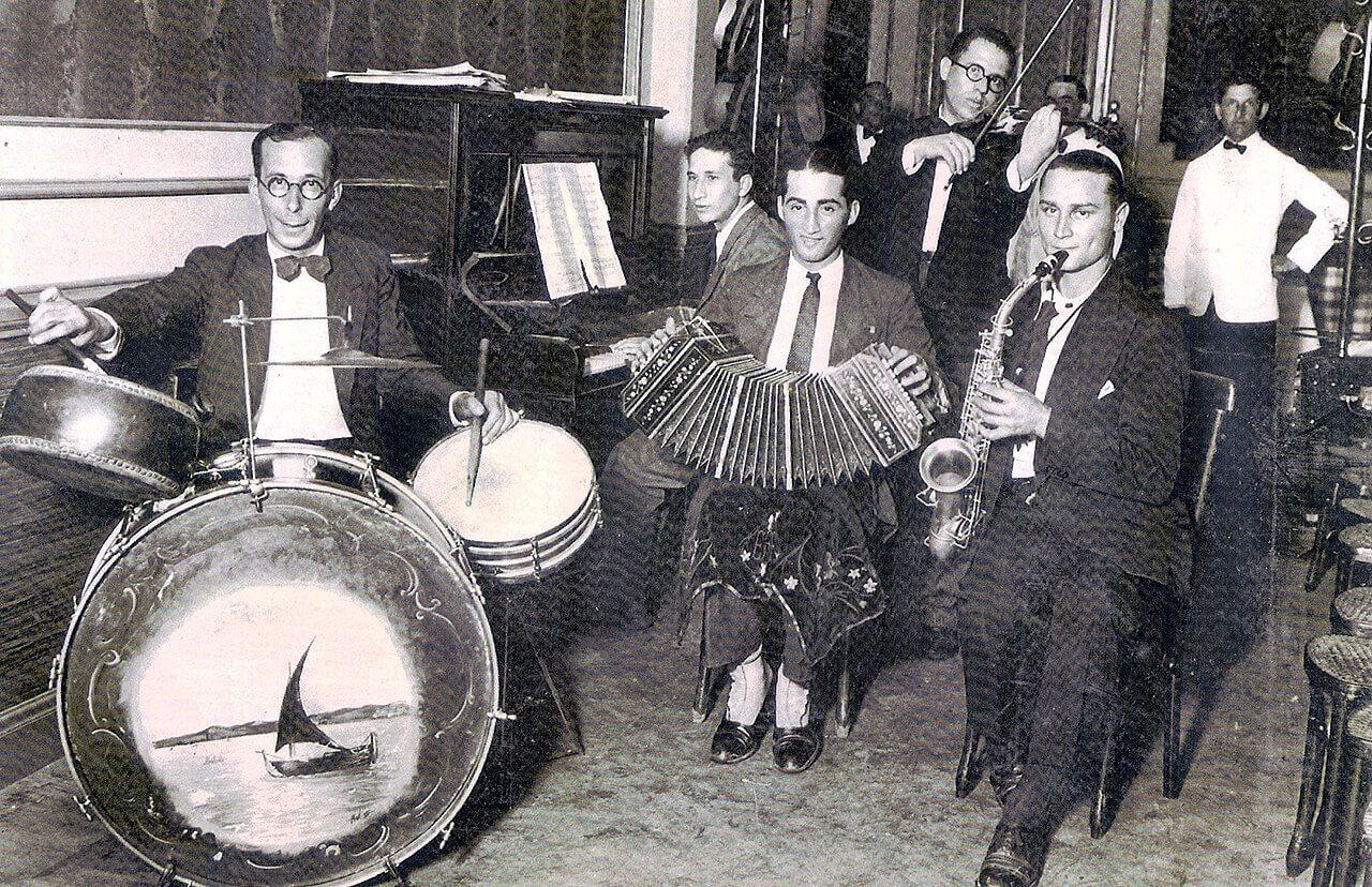 Parque Hotel de Ituzaingó en Las Heras y Alvear, alrededor de 1933. Al bandoneón, Enrique Frascarelli.