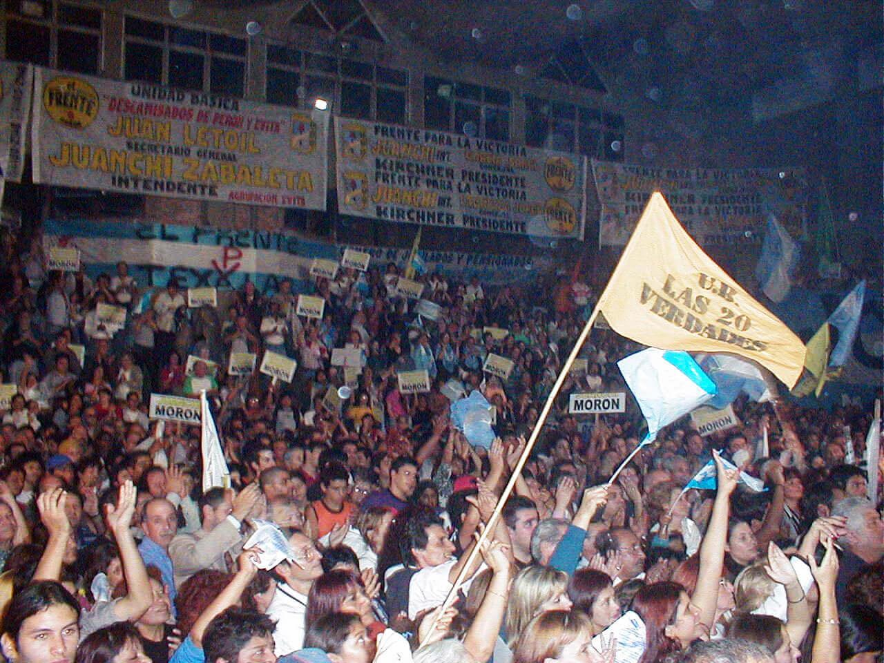 2003 - Acto con Néstor Kirchner en el 77 FC