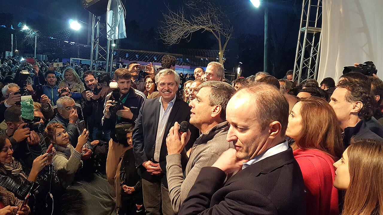 2019 - Alberto Fernández visita Hurlingham durante la campaña a Presidente. Habla Juanchi Zabaleta. Y entre otros, está Martín Insaurralde.